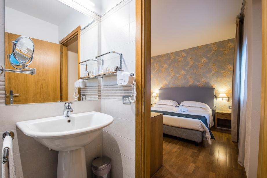 Ampio bagno nella camera matrimoniale con letto aggiunto a Carpi