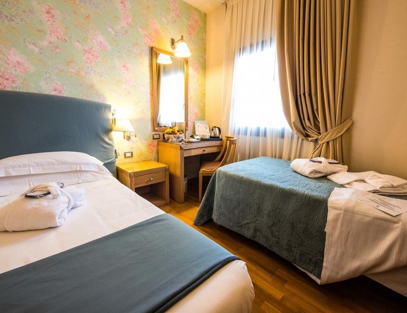 Camera con letto matrimoniale e letto singolo in hotel a Carpi