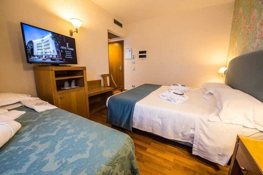 Camera matrimoniale con letto aggiunto - Hotel Touring Carpi
