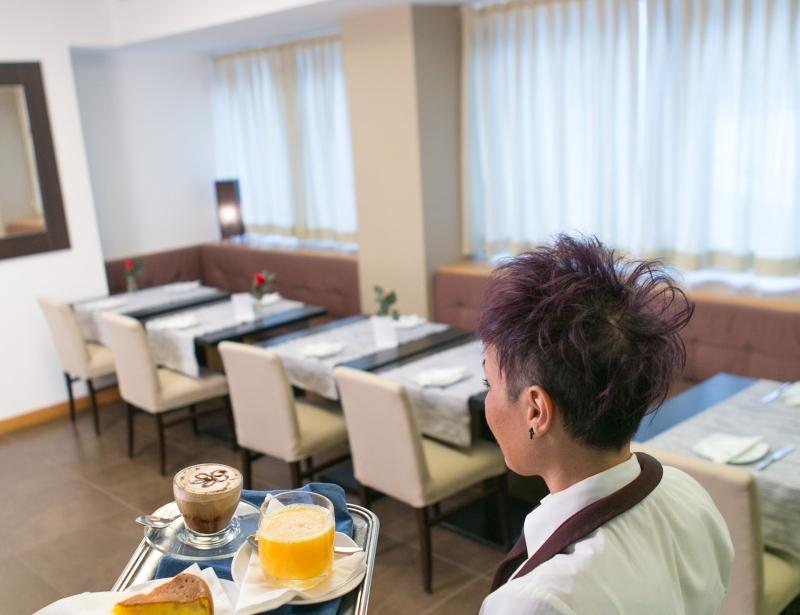 Gentilezza e cortesia nella sala colazione dell'Hotel Touring Carpi