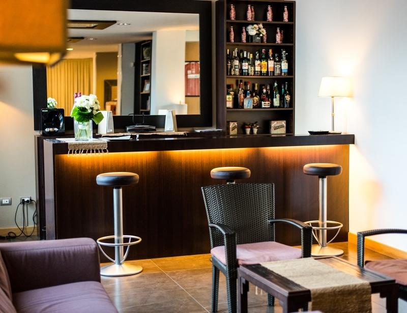 L'Hotel Touring a Carpi offre un bar con drink e stucchini